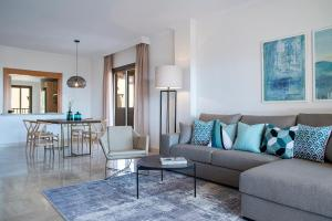 A seating area at Quartiers Marbella - Apartment Hotel & Resort