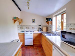 A kitchen or kitchenette at Holiday Home Llyn view cottage