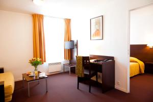 A television and/or entertainment center at Aparthotel Adagio Access Paris Saint-Denis Pleyel