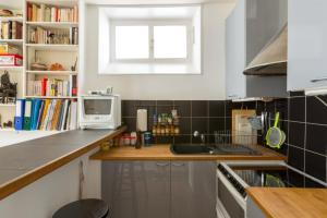 A kitchen or kitchenette at Typical Flat in Abesses!