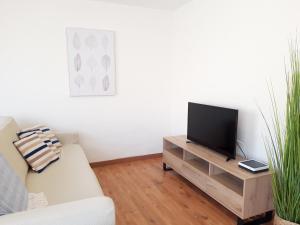 Una televisión o centro de entretenimiento en Apartamento Jaspe by Sea You There Fuerteventura