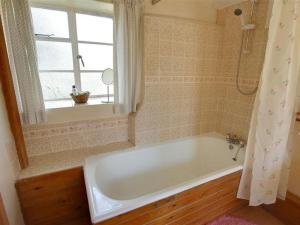 A bathroom at Holiday Home Hythe Road