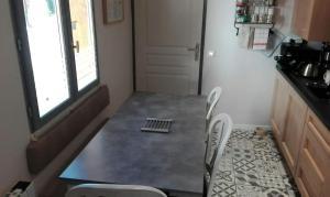 Cuisine ou kitchenette dans l'établissement Maison Centre Ville Parking privé