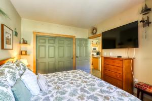 A bed or beds in a room at Sunstone 104
