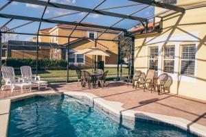 Sundlaugin á Encantada 4 bed private pool 5 miles to Disney eða í nágrenninu