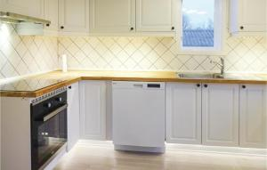 Ett kök eller pentry på Five-Bedroom Holiday Home in Solvesborg