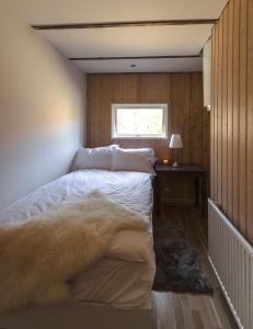 A bed or beds in a room at Icestay Cabins
