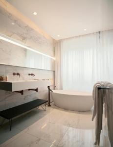 A bathroom at Roi de Sicile - Rivoli