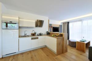 A kitchen or kitchenette at Sunnsait - Appartements für Genießer
