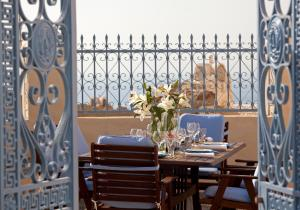 A restaurant or other place to eat at Oia Mansion