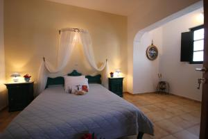 A bed or beds in a room at Vrachia Studios & Apartments