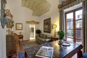 A seating area at Terrazza De Medici