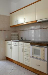 A kitchen or kitchenette at Villas King's