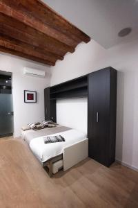 A bed or beds in a room at True Design in Heart of Noble BCN
