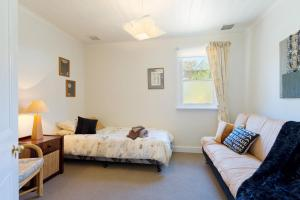 A bed or beds in a room at Templeton Cottage