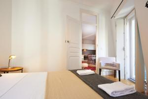 A bed or beds in a room at Portugal Ways Santos Design Apartments