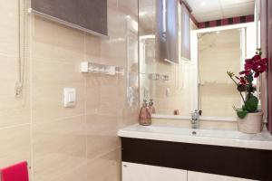 A bathroom at Centric Apartments Sagrada Famila 3