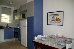 A kitchen or kitchenette at Apartamentos Centremar