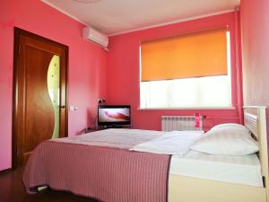 Кровать или кровати в номере Inndays Apartments on Micheeva