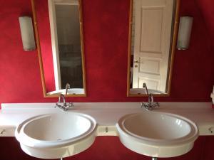 A bathroom at Ferienhäuser im Sylter Gartenweg