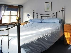 A bed or beds in a room at Ivy Cottage