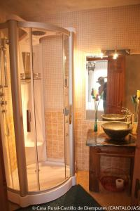 Un baño de Casa Rural Castillo Diempures