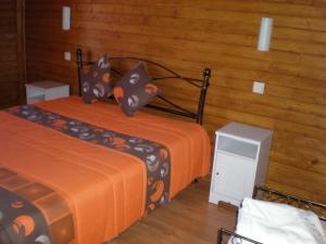 A bed or beds in a room at Casas de Montanha da Gralheira