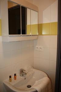 A bathroom at Résidence d'Artagnan