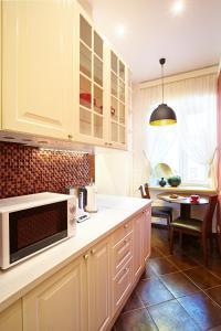 A kitchen or kitchenette at Apartment on Rubinsteina 9/3