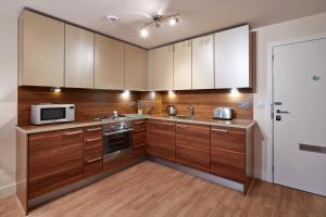 A kitchen or kitchenette at Skyline Plaza by esa