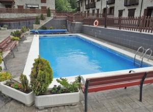 The swimming pool at or near Torres de Vallibierna
