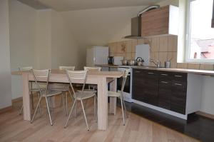 A kitchen or kitchenette at Apartament
