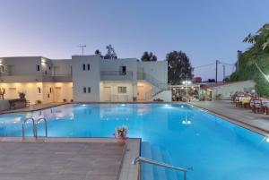 Der Swimmingpool an oder in der Nähe von Tarra Apartments