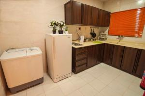 A kitchen or kitchenette at City Suites