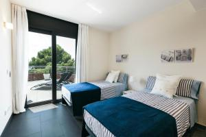 A bed or beds in a room at Vista Roses Mar - El Molí
