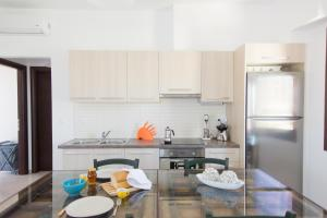 A kitchen or kitchenette at Loquat - Hilltop House