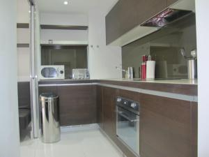 A kitchen or kitchenette at BLOOMSBURY APARTMENTS