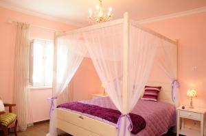A bed or beds in a room at Corvos e Cadavais