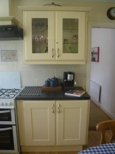 A kitchen or kitchenette at Bluebell Cottage Waterfall House