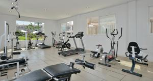 The fitness center and/or fitness facilities at Aparthotel Isla de Cabrera