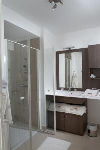 Salle de bains dans l'établissement Domitys Le Chant des Lavandières