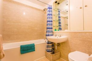 A bathroom at London Tower Bridge Apartments