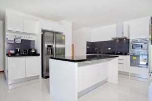 A kitchen or kitchenette at Koh Chang Wave Villa A