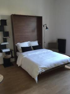 A bed or beds in a room at Studios Régina (Mer-Golf)