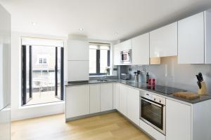A kitchen or kitchenette at Tower Hill One