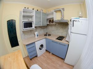 A kitchen or kitchenette at Apartments na Vostochnoy