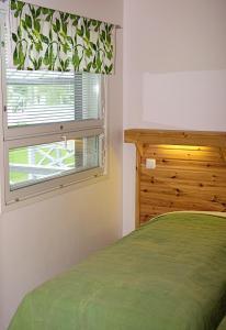 A bed or beds in a room at Pajarinhovi Villas