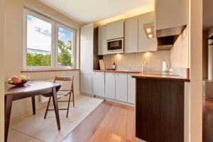 A kitchen or kitchenette at Apartament Wojskowa