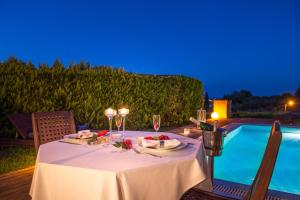 Ein Restaurant oder anderes Speiselokal in der Unterkunft Hotel St John Villas, Suites & Spa