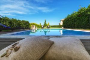 Der Swimmingpool an oder in der Nähe von Hotel St John Villas, Suites & Spa